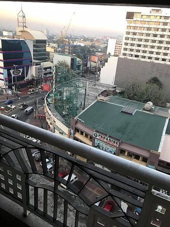 Imperial Palace Suites Quezon City: 4nights in this hotel. Starbucks n 7Eleven at the lobby area. There is a Thai Spa opposite the h