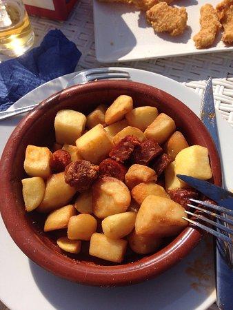 """Segur de Calafell, Spanien: """"Choripapas"""" secas y frías y el chorizo ya cortado y mezclado, lo sirven entero a los lados. (Ch"""
