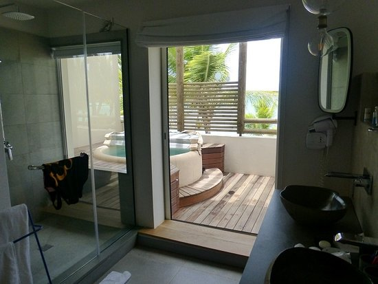 der whirlpool ist auf dem balkon bild fr n tui sensimar lagoon mauritius anse la raie. Black Bedroom Furniture Sets. Home Design Ideas