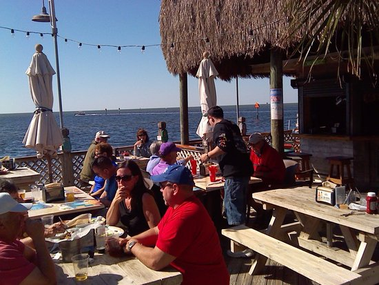 Hudson, FL: Music was playing in the Tiki bar on the right and people were moving to the beat.