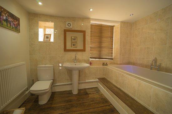 Kendal House: Main bathroom