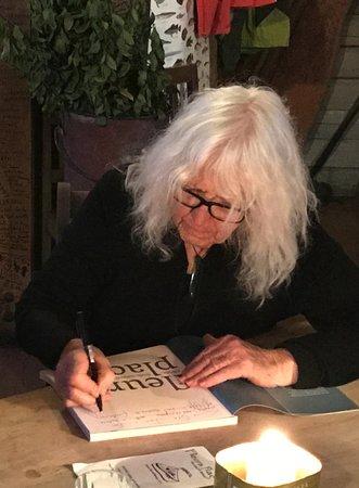 Moeraki, Nueva Zelanda: Fleur signing her cookbook