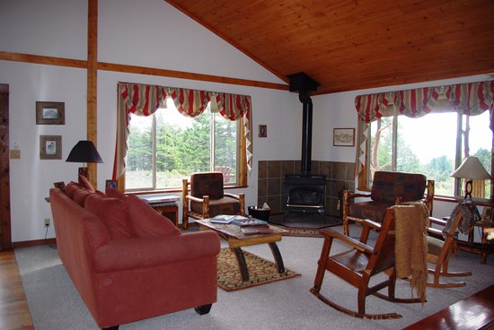 Martinsdale, MT: Pioneer Cabin living area