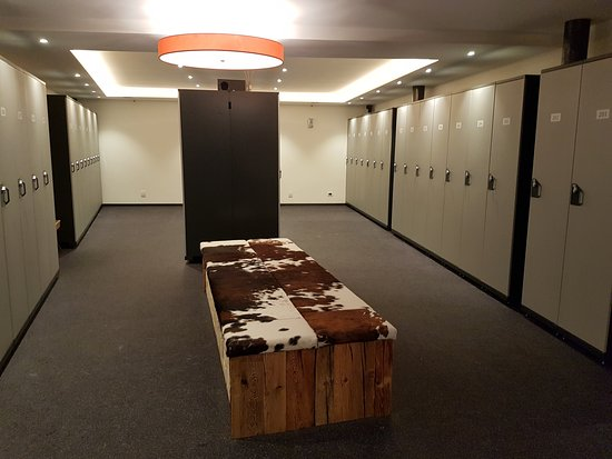 Mountain Spa Resort Hotel Albion: Ski room. Each room has its own cabinet with boot warmers
