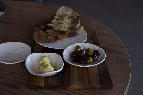 Constantia, Sudáfrica: The local bread, butter and olives