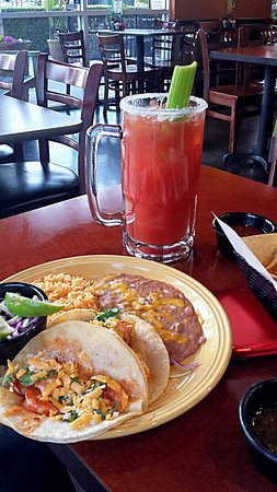 Reedley, Kaliforniya: Flavorful spicy shrimp tacos and michelada.