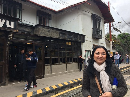 El Albergue Ollantaytambo: Hotel front on railway platform