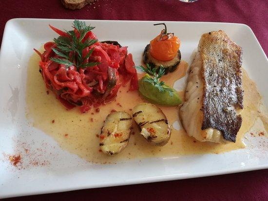 Villefranche-de-Lonchat, Francia: Dos de cabillaud poêlé, légumes confits au sésame, écume lait de coco curry, trop bon !!!