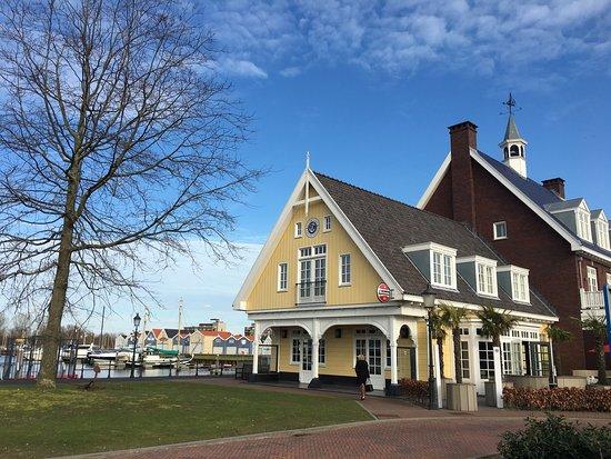 Huizen, Niederlande: Lovely little bar by the harbour :)