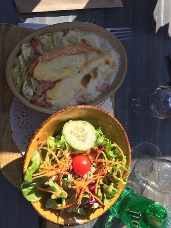 La Feclaz, Frankrijk: Raviolles au reblochon et sa salade verte