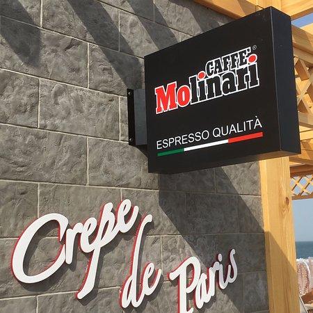 Al Jazirat Al Hamra, ОАЭ: Crepe de Paris serves Molinari coffee