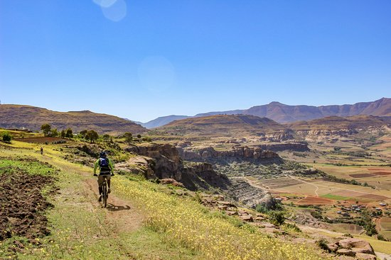 Roma Trading Post Lodge: Mountain Biking in Roma is sensational. Here lodge manager Kananelo rides above Roma.