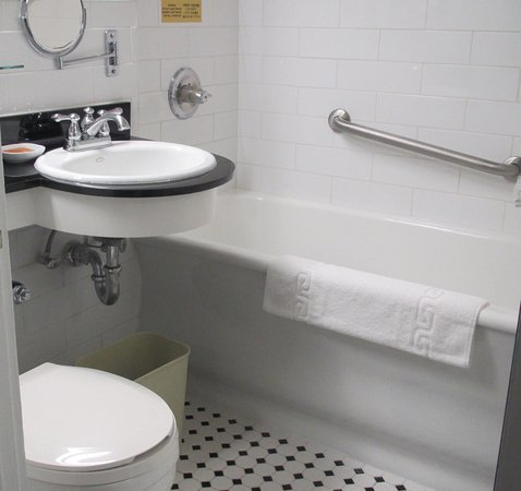 Chancellor Hotel on Union Square: Small, clean, efficient bathroom