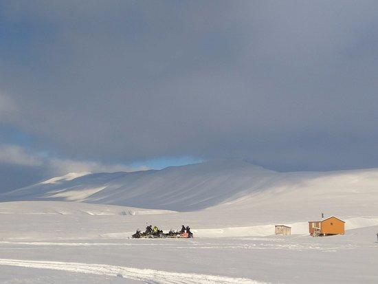 Longyearbyen, Noruega: 2-day snowmobile trip to Barentsburg