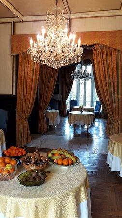 Planguenoual, France: magnifiques lustres et fruits vitaminés pour bien commencer la journée!