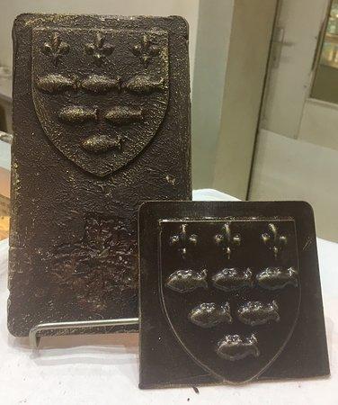 """โลชส์, ฝรั่งเศส: Spécialité de la Boulangerie : """"Les Loches"""" de Loches !  Chocolats maisons ( tablettes de chocol"""