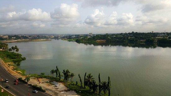 Pullman Abidjan: Front view (businesses & road) / rear view (Lagoon)