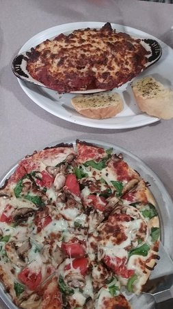 Hayesville, Carolina do Norte: Small Vegetarian Pizza and Rigatoni House Special with meatballs