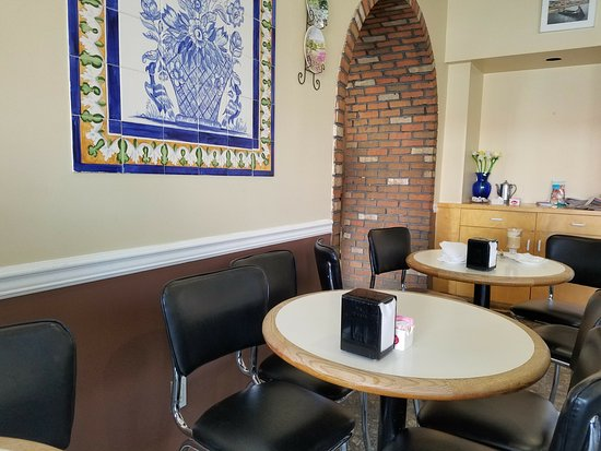 Mineola, NY: Ample seating for about 44 people in this cozy cafe room!