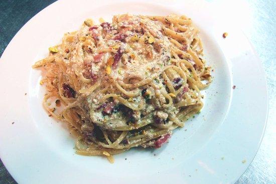 Vejano, Italia: Linguine del Borgo con Ricotta , Guanciale , Pistacchi e....le sapienti mani dello Chef Angelo