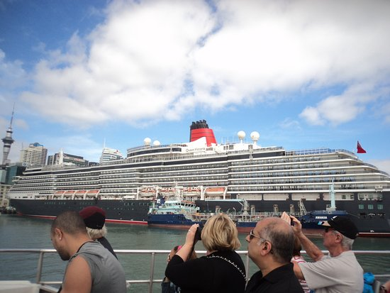 Fullers Auckland Harbour Cruise: Queen Mary cruise ship in dock