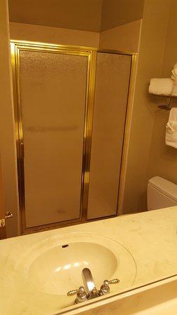 Best Western Plus Sunset Suites-Riverwalk: Bathroom space.