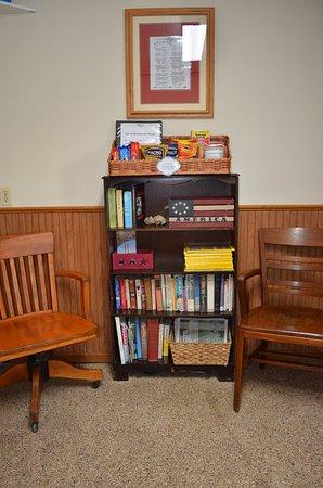 Leon, IA: Lobby - snacks, lending library