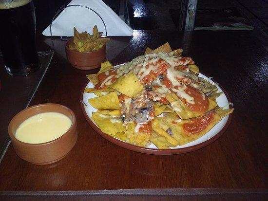Taco Tabasco : Entrada: nachos con cheddar y frijol refrito