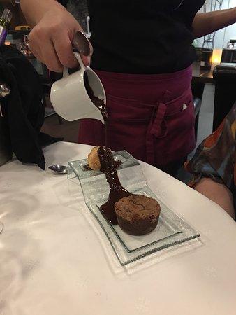 Juvignac, Francia: Moelleux au chocolat, glace crème d'amande et chocolat chaud