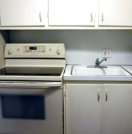 Englewood, Κολοράντο: Kitchen with working refrigerator, oven/stove, sink, and cabinets
