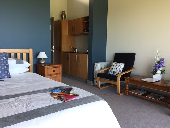 Taranaki Region, New Zealand: Very spacious rooms with views of the coast.