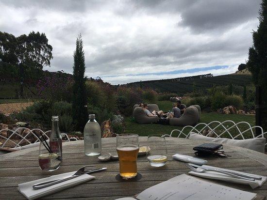 Isla Waiheke, Nueva Zelanda: Could be in Tuscany dining outside!