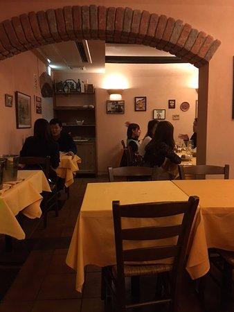 Torattoria Della Lanterna Magica: table area