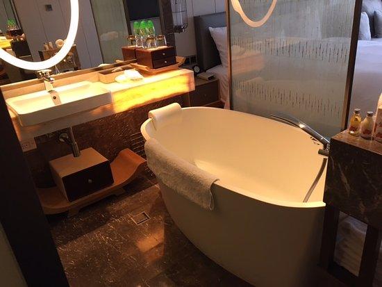 The Garden Hotel Guangzhou: お風呂は開放的