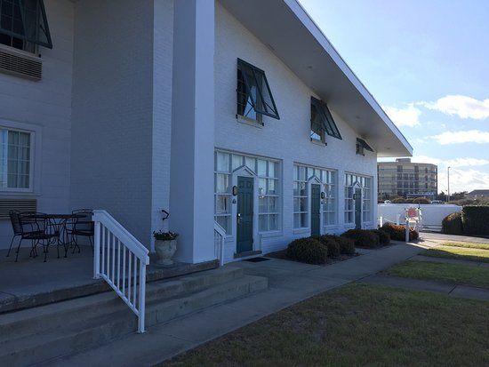 Days Inn Kill Devil Hills Oceanfront - Wilbur: Our room was small but the public places were quaint and warm. There was extensive use of wood i