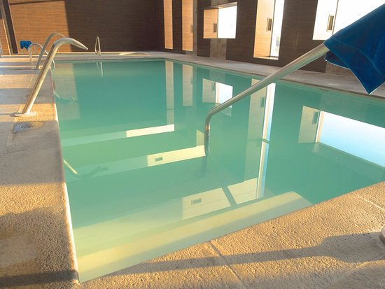 Hilton Garden Inn Santiago Airport: Green cloudy water in pool