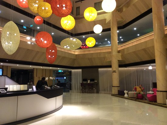 Furama City Centre: Lobby is appealing, modern, colorful and vibrant