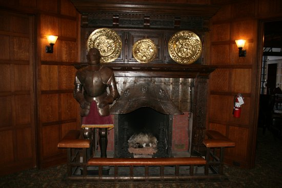 Glen Eyrie Castle: Fireplace at the main entrance.