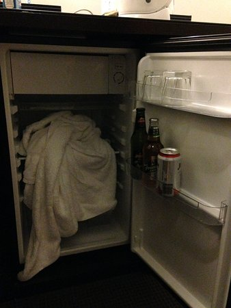 Monte Pio Hotel and Conference Centre: How we found fridge upon arrival