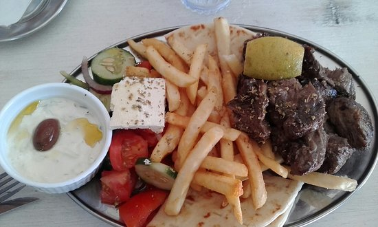 Petersham, Australien: Big serve of Lamb Souvla with chips and salad and pita bread.