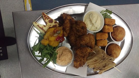 Willunga, Australia: Delicious food, events and beer at the Alma. Live their share platter