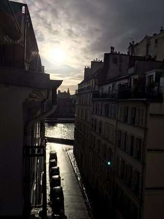 Hotel Saint-Louis en l'Isle: Sunset view of River Seine from Room