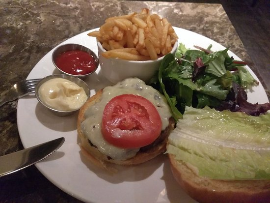 Le Saint-Sulpice : Bar/Lounge Burger with fries