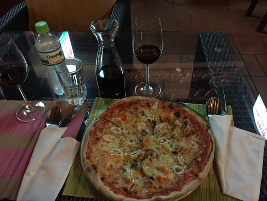 David Pizzeria: Pizza seafood and home wine