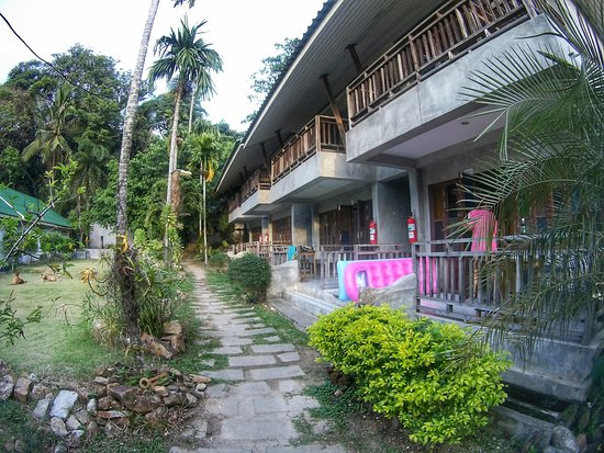 Jinda Resort: Path to the rooms and bungalows