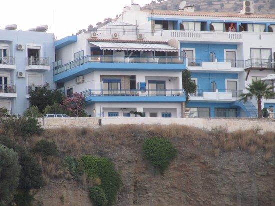 Minos Hotel: Hotelli Minos (keskellä) satamasta nähtynä