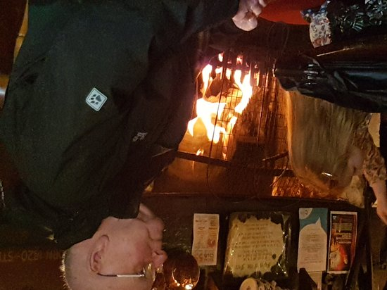Bowness-on-Windermere, UK: Can't beat a roaring fire