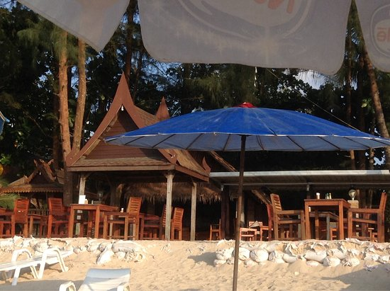 Ao Thong Beach Restaurant and Bungalow: Late afternoon at the best beach restaurant in Khao Lak.