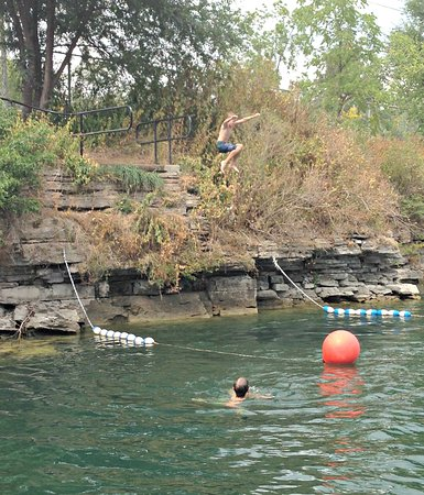 St. Marys, Canadá: Cliff jumping at The Quarry