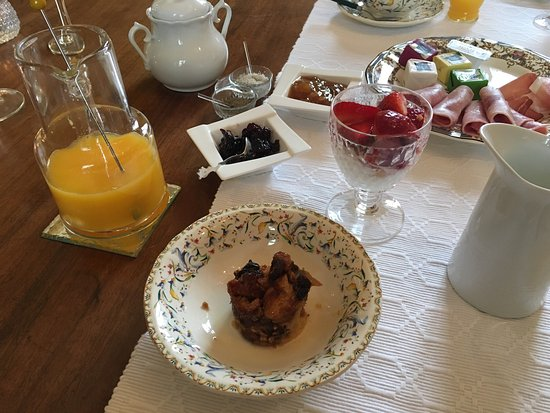 "Saint-Sulpice-et-Cameyrac, Fransa: ""Bella"" greets guests with glee - as I feel eating this breakfast."